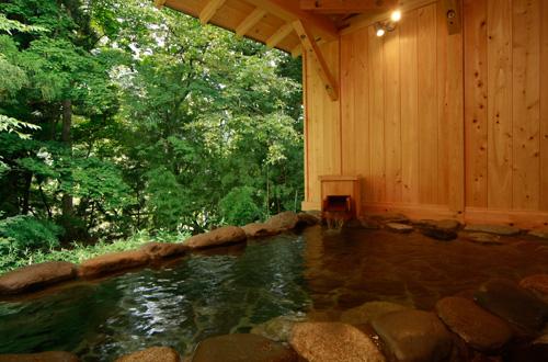 木々に囲まれた露天風呂